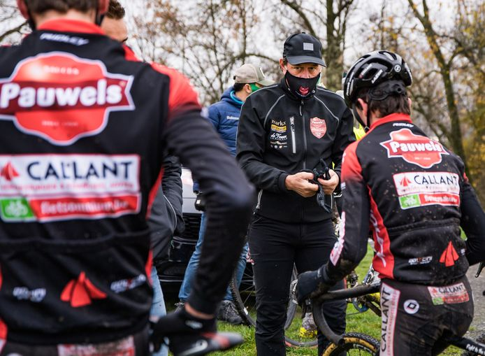 Mario De Clercq begin december vorig jaar op een training aan de jongeren van Pauwels Sauzen-Bingoal in Oudenaarde.