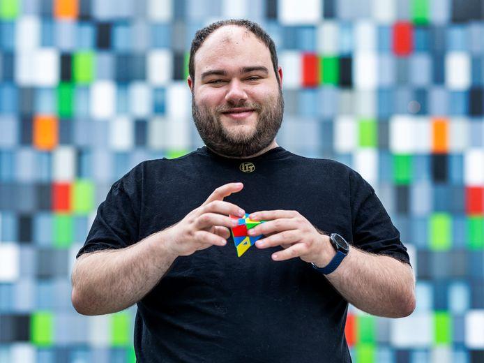Robin Verstraten (24) loste in 2019 in 2,7 seconden een pyramide-kubus op en werd Nederlands kampioen. Momenteel promoveert hij aan de Universiteit van Utrecht op nieuwe kwantummaterialen.