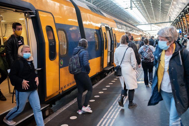 Ochtendspits op Centraal Station Amsterdam.   Beeld Sabine van Wechem