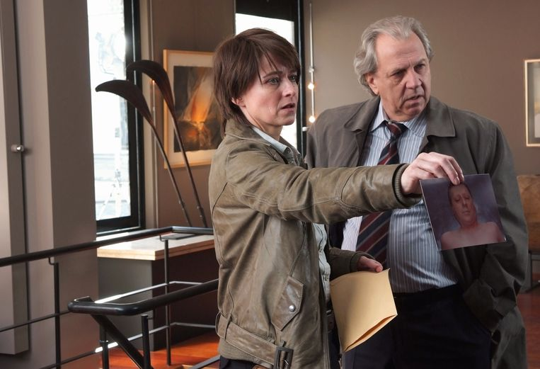 Viv Van Dingenen als Tine Smets in de tv-serie 'Witse', met Hubert Damen. Beeld rv