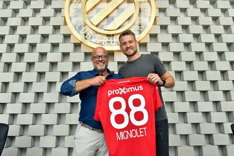 Voorzitter Bart Verhaeghe poseert trots naast zijn nieuwe keeper. Beeld Photo News