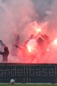 Tientallen Feyenoord-supporters dringen Kuip binnen met fakkels en vuurwerk: applaus van spelers