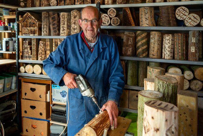 Bert Teunissen maakt insectenhotels van boomstammen.