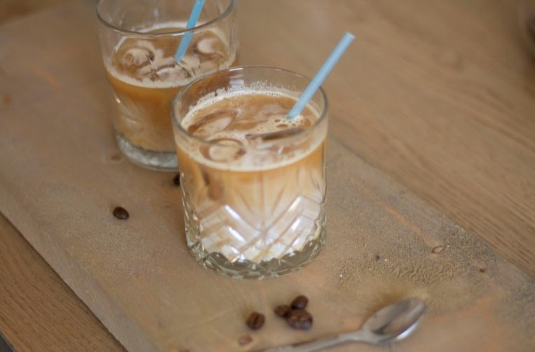Iced latte met havermelk. Beeld Lies Mensink