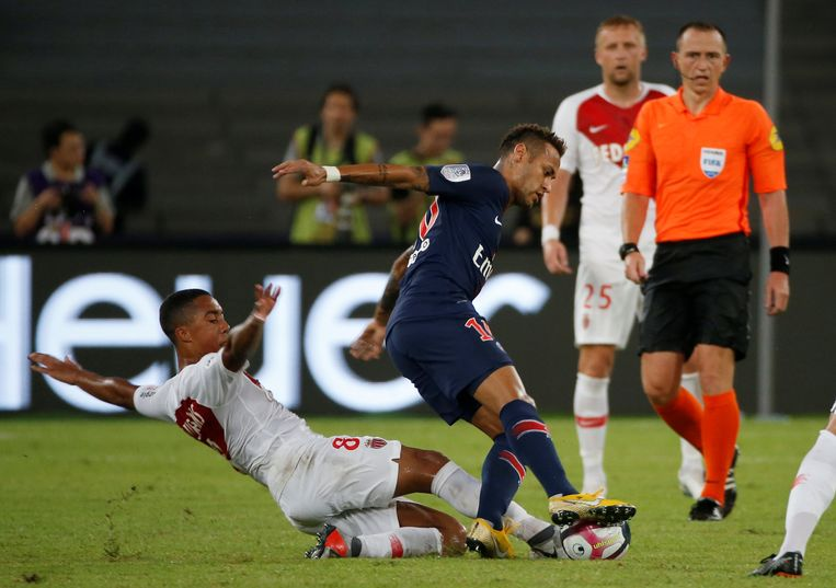 Tielemans zet de tackle in op Neymar.