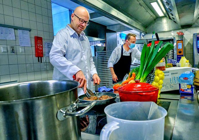 Chef-kok Martijn van Gemst aan de slag in de keuken van Zorgwaard in Puttershoek.