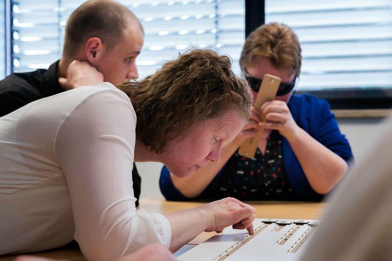 Blinden en slechtzienden kunnen bij Bartiméus in Den Haag een cursus volgen om volgende week tijdens de gemeenteraadsverkiezingen zelfstandig te kunnen stemmen met een nieuwe stemmethode. Beeld Inge van Mill