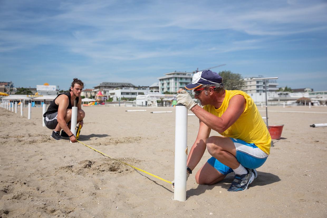 Nog even alles opmeten en dan kunnen de stranden van Rimini opnieuw zonnekloppers ontvangen.  Beeld EPA