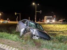 Inhaalactie bij Ommen mislukt: Audi ramt stoplicht en verkeersbord uit de grond en eindigt in een sloot