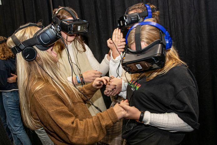 De virtualrealityervaring kwam stevig binnen bij Laurien Thevelein, Swann Valour en Stefanie Casier.