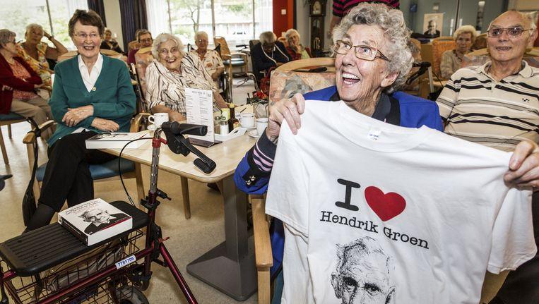 Liefhebbers van Hendrik Groen, tijdens een leesclub in Amsterdam. Beeld Dingena Mol