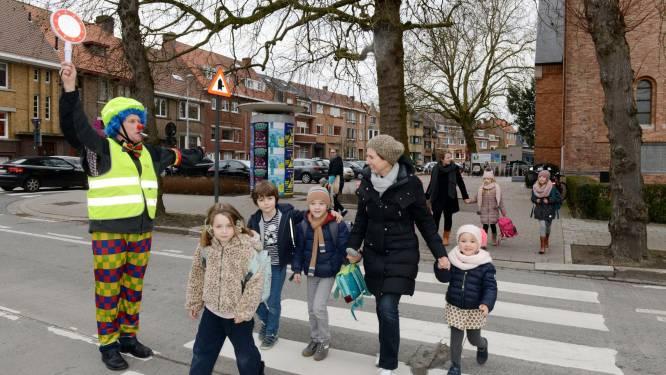 Brugse verkeersclown dient klacht in nadat bestuurder aan hoge snelheid door schoolstraat rijdt