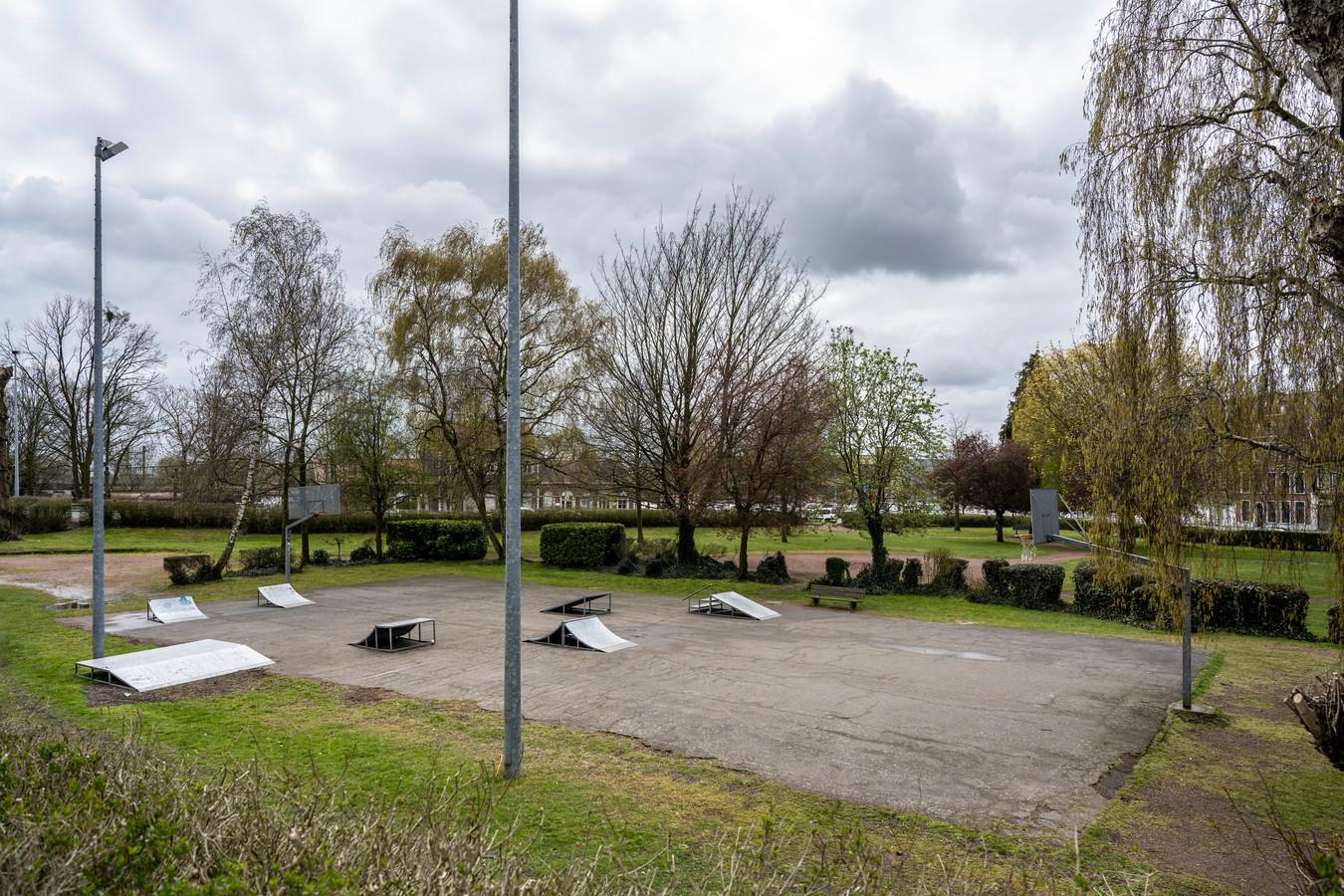 Het basketplein in het William Bruynincxpark zal er tegen de zomer een pak kleurrijker uitzien.