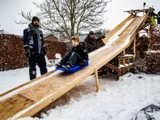 Papa Frank bouwt voor z'n drie zoons gewoon  vier meter hoge sleeschans in z'n Twellose achtertuin