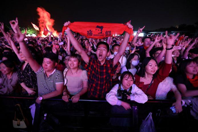 Mensen in Wuhan, China, genieten van een optreden ter gelegenheid van de Dag van de Arbeid.