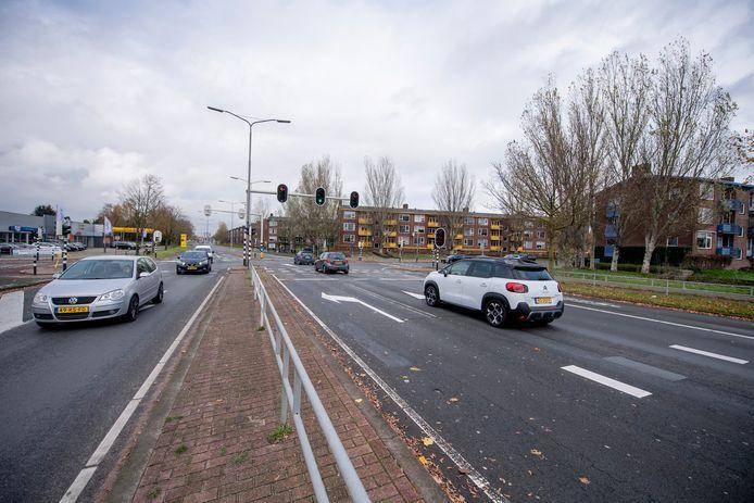 De kruising van de Jan Vermeerstraat en de Frederik van Eedenstraat maakt plaats voor een  rotonde. De verkeerslichten verdwijnen.