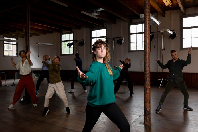 Choreografe Merel Franx tijdens de repetities van Molten Gold in De Sigarenfabriek.
