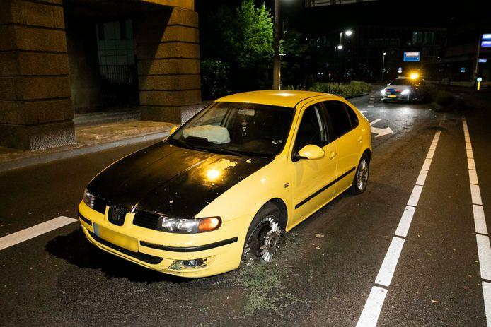Op de Oranjewachtstraat in Arnhem heeft in de nacht van donderdag op vrijdag een automobilist zijn voertuig in de prak gereden.