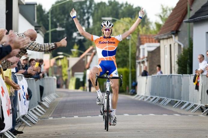 Jasper Bovenhuis komt onbedreigd over de finish tijdens de Ronde van Hank. Mitchell Boet (tweede) en Remco Broers (derde) blijken even later 'the best of the rest'.foto Edwin Wiekens/het fotoburo