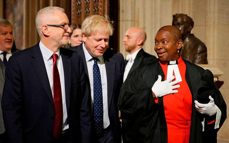 Premier Boris Johnson (midden) en oppositieleider Jeremy Corbyn bij aankomst in het parlement. Beeld AFP