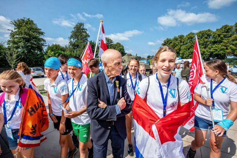 Kinderen aan de start van de Alternatieve Vierdaagse in Groesbeek, met in het midden Bert van der Lans, de 87-jarige recordhouder. Hij heeft de Nijmeegse Vierdaagse 71 keer uitgelopen. Beeld Raymond Rutting / de Volkskrant