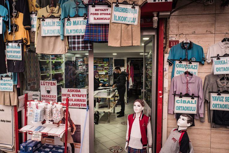 Ook een winkel voor schooluniformen heeft de askidagedachte omarmd. Beeld Nicola Zolin