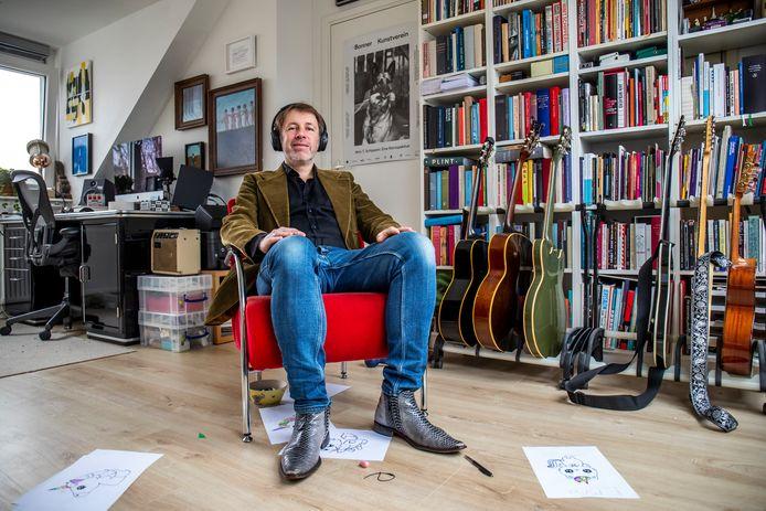 Dichter en schrijver Ingmar Heytze liet zich niet kisten door de lockdown. Met zijn koptelefoon op vond hij rust en inspiratie in zijn werkkamer. ,,Ik vond het wel prettig om veel te kunnen schrijven, lezen en nadenken.''