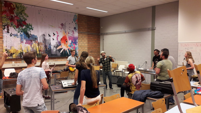 De Spaanse band La Selva Sur op het Elde College in Schijndel.