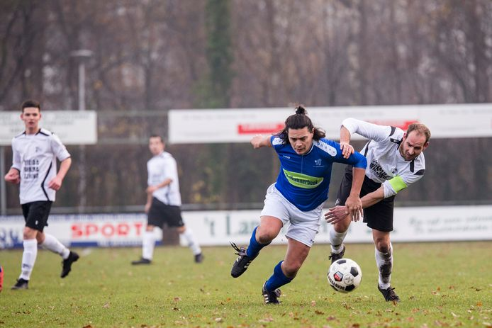 Archiefbeeld: Witkampers - Doetinchem, Sander Kok (8) in duel met Willem Stolle (6) in 2019.