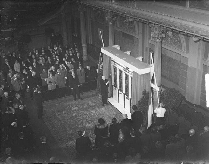 Het KNVB-monument werd op 10 mei 1949 onthuld in het Koninklijk Concertgebouw in Amsterdam.