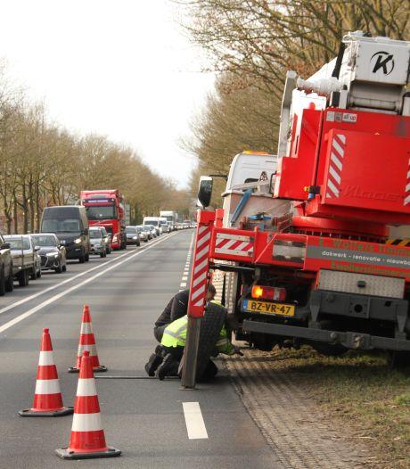 Wiel raakt los van vrachtwagen en beschadigd twee auto's op N35 tussen Wierden en Nijverdal
