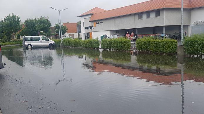 Waterellende op de parking van de Colruyt in Nieuwpoort.