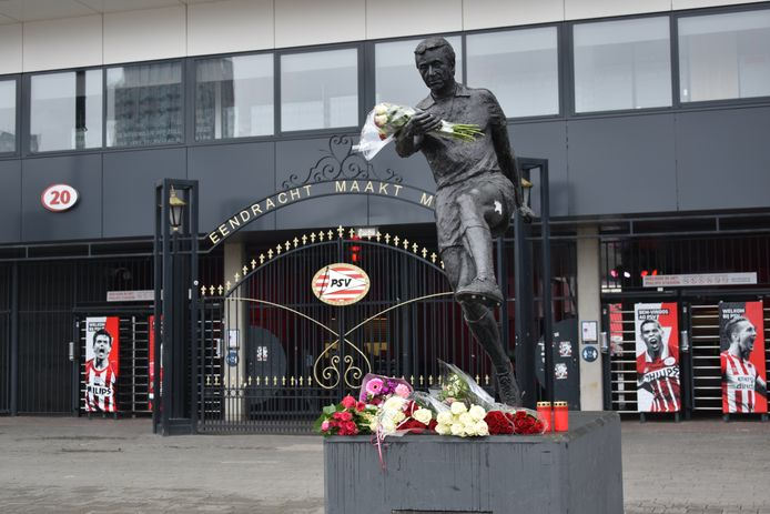 Het standbeeld van Willy van der Kuijlen voor het Philips Stadion van PSV.