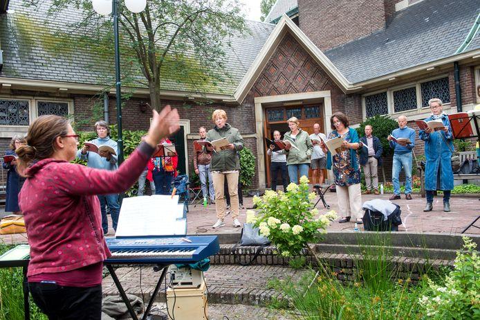 De eerste 'fysieke' repetitie van het Philharmonisch Koor Toonkunst Rotterdam, op de binnenplaats van de Prinsekerk.