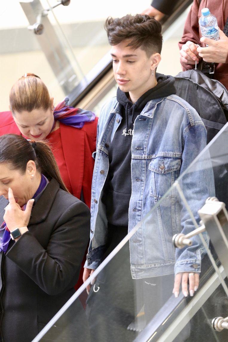 James Charles werd eergisteren (zonder make-up) gespot op de luchthaven van Brisbane in Australië. Het was de eerste keer dat hij sinds het schandaal in openbaar verscheen.