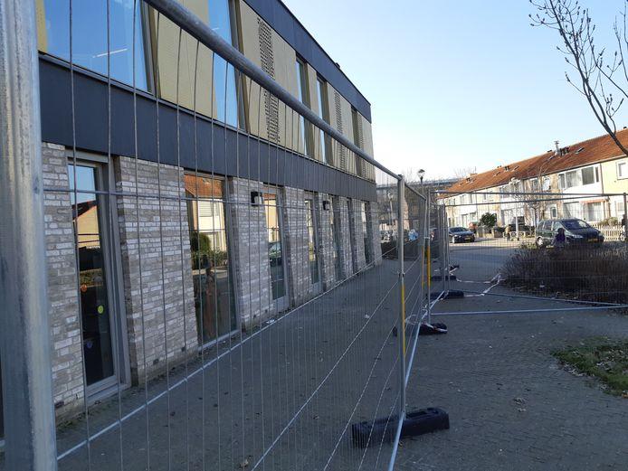 Scholencomplex De Dirigent is afgezet met bouwhekken.