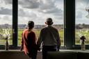 Harry van Hooijdonk en Gerda Ariëns in hun flat in Waalwijk. Ze voelen zich verloren in dat gapend gat tussen thuis en verpleeghuis. De toekomst ziet er bepaald niet zorgeloos uit.