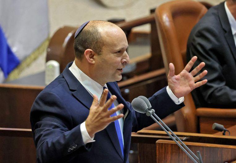 Naftali Bennett spreekt de Knesset toe tijdens de speciale sessie waarin gestemd wordt over de nieuwe coalitieregering. Beeld AFP