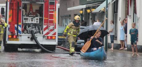 Kanoën over straat: flinke wateroverlast door wolkbreuk in de Achterhoek