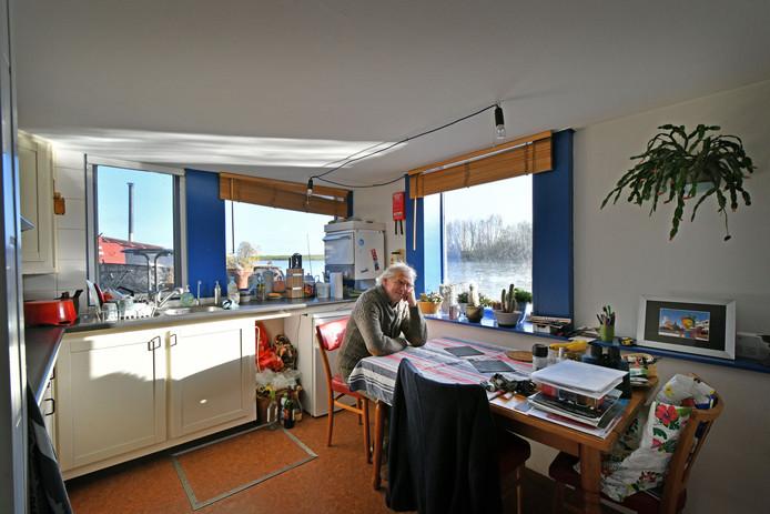 Peter Broekmeulen verbouwde een afgedankt werkschip in tien jaar tijd tot zijn droomhuis.
