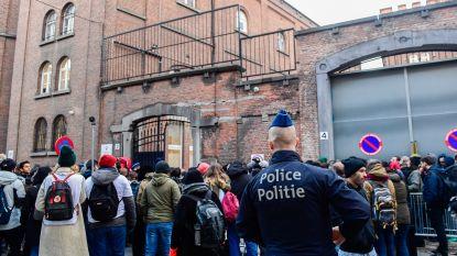 """De Block wil """"menselijker"""" beleid, maar asielzoekende mannen blijven in de kou staan aan Klein Kasteeltje"""