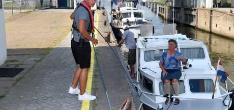 Topdrukte op het water leidt tot chaos in de sluis bij Nijkerk: 'Sommige schippers snappen er niks van'