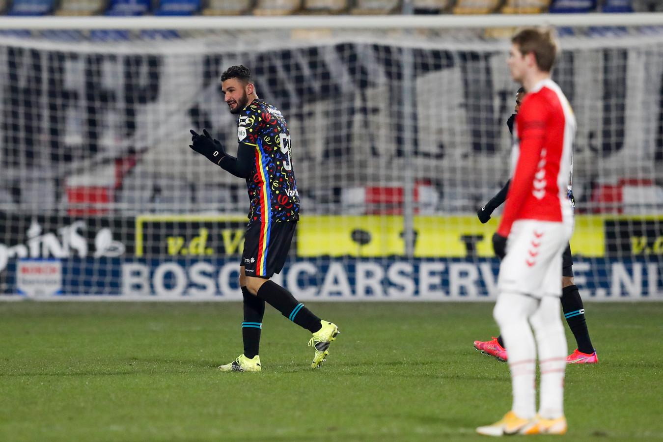 Ahmed Touba, in het speciale carnavalsshirt, viert zijn winnende treffer tegen FC Emmen.