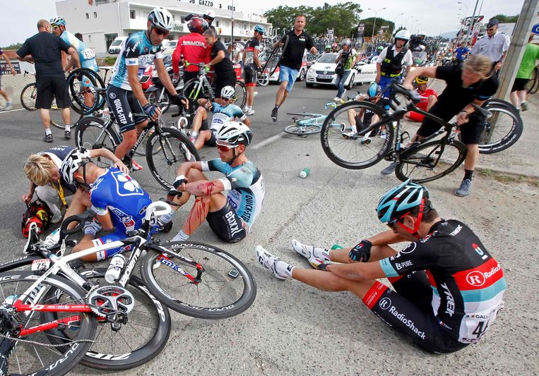 Riders lay in the road after a fall in the last 5 kilometers of the 213 km first stage of the centenary Tour de France cycling race from Porto-Vecchio to Bastia, on the French Mediterranean island of Corsica June 29, 2013.    REUTERS/Eric Gaillard (FRANCE  - Tags: SPORT CYCLING) Beeld REUTERS