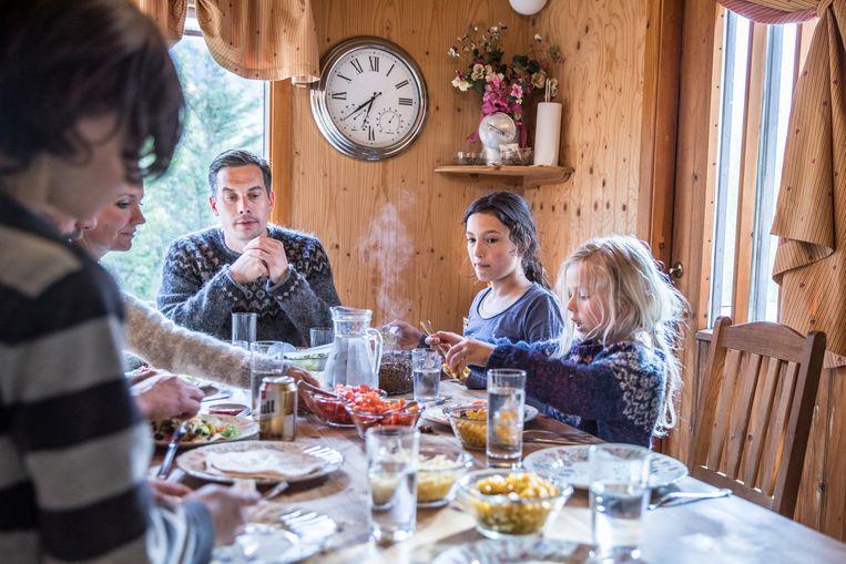Een gezin aan tafel. Beeld Marlena Waldthausen