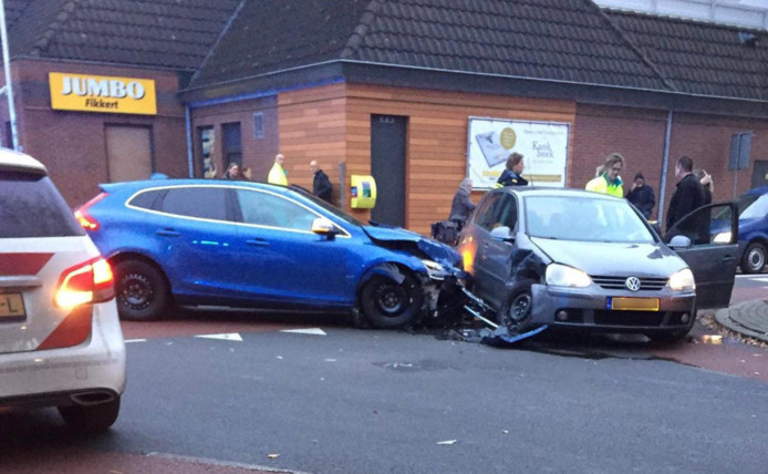 Twee gewonden bij botsing op kruising in Vriezenveen.