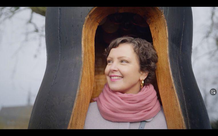Presentator Wieteke van Zeil in het kunstwerk 'Shelter' van Maria Roosen. Beeld