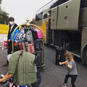 En toen moest de familie  ineens per direct het hotel verlaten en reed er een touringbus voor.