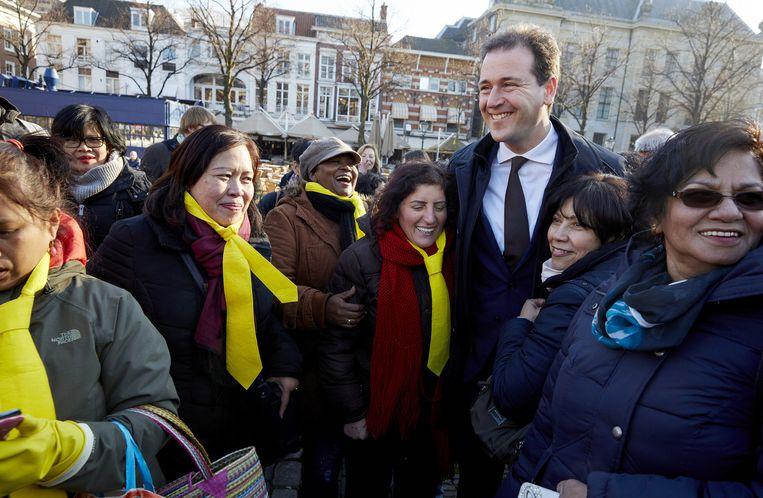 Minister van Sociale Zaken en Werkgelegenheid Lodewijk Asscher en een groepje schoonmakers op het Plein in Den Haag. Beeld Martijn Beekman / ANP