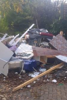 Deze camping lijkt wel een vuilstortplaats: 'Vertrekkende bewoners laten volledige caravans achter'